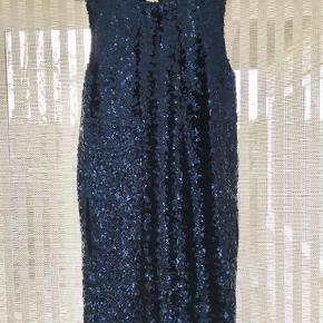 Varetype: Midi Farve: Blå Prisen angivet er inklusiv forsendelse.  Fantastisk smuk midnatsblå palliet kjole fra Malene Birger. Kjolen har skjulte lommer i siderne og går til lige under knæet.