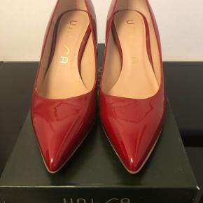 Smuk rød lak stilet fra Unisa. Hæl 7 cm Brugt en gang i få timer og kun indendørs.