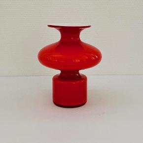 Utrolig elegant Carnaby vase ud ført i koral/opal glas. Designet af Per Lütken for Kastrup-Holmegaard glasværker i 1968. Højde: 15,2 cm. Diameter: 12,0 cm. Signeret: Nej.