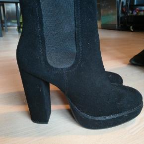 Brugt 2 gange. Ruskindsstøvle fra H&M