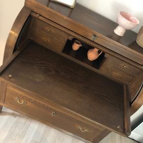 Charmerende ældre chatol med udtræksplade i, så man evt kan bruge det som skrivebord. Er i meget flot stand. Sælges på grund af flytning og der desværre ikke er plads til det i min nye lejlighed   Skal afhentes i Aalborg