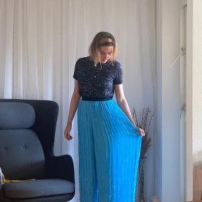 Malene Birger, løse og vide, lyse blå bukser. Str. 36, men passer også 38. De er lange! Crep agtig i stoffet. Falder flot og ligner nederdel. Ikke brugt 🙄  Bytter gerne mine fejlkøb med andre gode sager 💚🥰♻️
