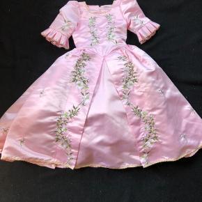 Smuk prinsesse kjole fra Eventyrkompagniet  Kraftig og holdbar kvalitet - kan holde i mange generationer. Kun brugt enkelte gange og fremstår ny. Prisen er fast  Nypris 1399,- Str L = passer ca 6-9 år.