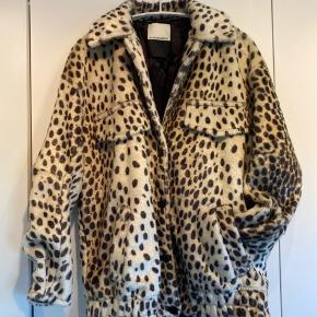 Leopard Faux Fur By Malene Birger jakke med sidelommer og brystlommeflap. Str. 34.  Køber betaler forsendelse.