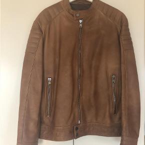 Varetype: Skindjakke Farve: Cognac Oprindelig købspris: 7000 kr.  Hugo Boss herre  skind jakke, brugt få gange og er som ny.