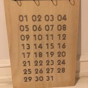 Udklipsholder i lyst træ fra House Doctor til såkaldt evighedskalender. Med udklipsholderen følger også selve kalenderen - ca 30-35 ark til både uger og måneder.  Mål: udklipsholderen måler 35x49 cm Stand: rigtig god stand - næsten ikke brugt.