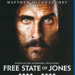"""0001 - Free State of Jones, The (Blu-ray)  Dansk Tekst - I FOLIE  The Free State of Jones  Midt under Den Amerikanske Borgerkrig siger sygehjælperen Newt Knight """"Nej"""". Han forlader Sydstatshæren og tager hjem – blot for at finde sit husmandssted og sine naboer forarmet af krigsskatter og en milits, der også gerne tager mere end skatten. Efter et væbnet opgør flygter han ud i Mississippis sumpe, hvor han samler et kompagni af bortløbne slaver og desertører. Det lykkes dem at fordrive militsen og oprette en fristat, der går ind for at bevare Unionen og frigive slaverne. Newt lever selv sammen med husslaven Rachel, der har hjulpet frihedskæmperne med forsyninger. Ved Borgerkrigens afslutning opdager Newt og hans mænd, at kampen langt fra er slut. Racismen er udbredt, og bander som Ku Klux Klan terroriserer de tidligere slaver.    Instruktøren Gary Ross er dykket ned i et glemt kapitel af amerikansk historie og viser, at ikke alle i Syden var for løsrivelse og bevarelse af slaveriet.   Free State of Jones   er baseret på virkelige hændelser, der spænder over næsten 100 år.  Tekst fra pressemateriale"""
