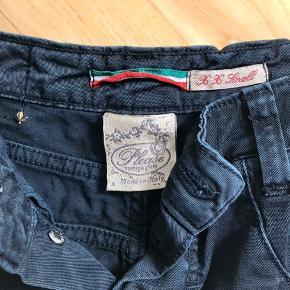 Sorte jeans. Fejler intet. Bruger dem bare ikke.