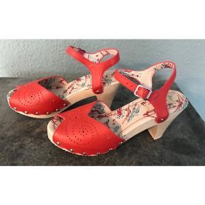 Miss L 'Fire sandaler - kun brugt en gang. Indvendig længde: 23,5 cm. Hælhøjde: 8 cm. (Fra sål og ned)