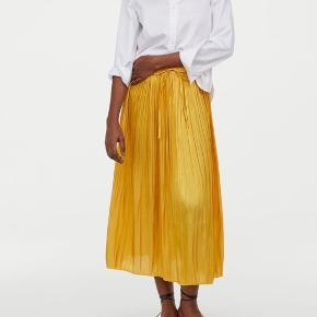 Nederdel fra H&M, brugt en gang. nypris 400kr  Køber betaler fragt - bytter ikke 😊