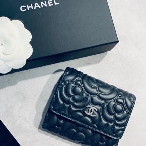 OVERVEJER at sælge min smukke Chanel pung. Klassisk og tidsløs pung i kalvelæder.   Der er plads til kort, sedler og et mønt rum. Serienummer er i pungen med matchende authenticity kort. Alt originalg medfølger.   Pungen er købt i Barcelona og er brugt sparsomt og passet på.  Nyprisen var omkring 5.200 kr