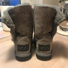 Varetype: Vinterstøvler Farve: Grå Prisen angivet er inklusiv forsendelse.  MEGA lækre UGG støvler som desværre er brugt for lidt. Har været på 4-5 gange og står nærmest som nye. De er så dejlig varme og har den fede detalje med de to lukkeknapper. De er købt i en ægte UGG store i Australien og er i bedste kvalitet. BYD!