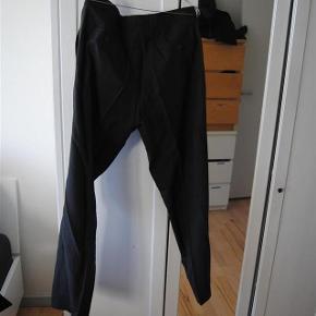 Varetype: jakkesæt Farve: Mørkegrå Oprindelig købspris: 4500 kr.  lækkert jakkesæt i uld. bukserne er str 50 og blazeren er str 52. sælges samlet. nul bytte. fremstår perfekt.