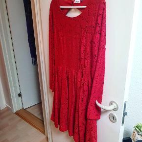 Super fin kjole str 40 med flot åben ryg. Perfekt til julen. Næsten ubrugt, blonder ser helt fine ud endnu😊