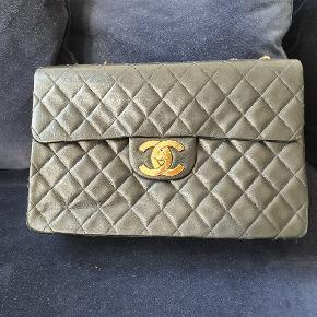 Den smukkeste Chanel vintage maxi jumbo taske. Den kan både bruges som crossbody og på skulderen.  Den er i super fin stand. Skind og kanter er i utrolig fin stand. Tasken er blevet set på blandt andre Chrissy Teigen  Der medfølger authenticity card og dustbag.  Taskens mål er; 33x10x21 Remmens mål er: 35x63  Køber betaler porto og ts gebyr