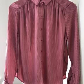 Flot skjorte med nålestriber. Stoffet er polyester og i shiny look.
