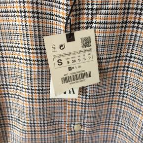 Zara - herre skjorte Str. S ALDRIG BRUGT! (Stadig med mærke) Farve: mønstret Lavet af: 100% cotton Mål: Bredde: 100 cm hele vejen rundt Længde: 76 cm Køber betaler Porto!  >ER ÅBEN FOR BUD<  •Se også mine andre annoncer•  BYTTER IKKE!