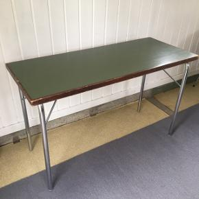 Foldbare skoleborde fra Sverige. Sælger 2 styk. Pris er pr. Stk.  Måler L. 120, B. 50 cm, H. 73 cm