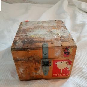 """Gammel trækasse som er blevet brugt til at beskytte genstande som har skulle fragtes.  Trækasse kan låse med en lille lås, hvis dette ønskes.  På kassen er der skrevet """"reusable container"""" med flere ord efterfølgende som ikke kan læse da kassen er dækket af gammel fragtmæker.  #Genbrug #genbrugguld #rustik #trækasse #gammeltrækasse #retro #fragtkasse"""