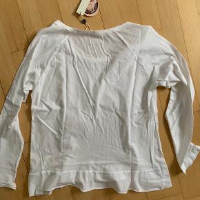 Ny og ubrugt Waveform bluse fra Odd Molly i str. 1 (36) sælges. Den er købt hos Odd Molly for kr. 595,-.  Se evt. Også mine andre annoncer.  Hvis du ikke har mulighed for at hente den, sender jeg gerne forsikret med track and trace for kr. 38,-