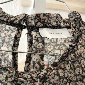 Fin Neo Noir bluse, brugte nogle gange. Stadig rigtig fin stand😊.