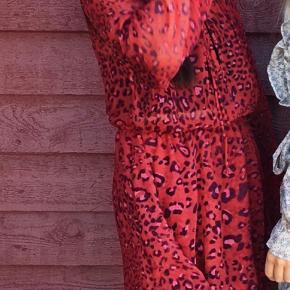 Rød, Na-kd kjole med leopardprint i str. XS  *prisen er eksklusiv fragt, køber betaler fragt*  Kjolen er brugt 2-3 gange  Spørg gerne efter flere billeder😊