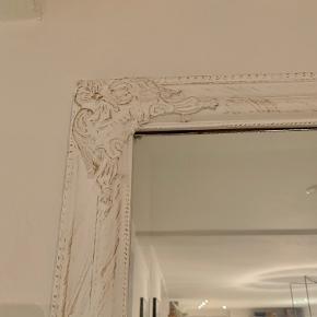 Flot spejl i romantisk stil. Spejlet er i Skagen men kan fragtes til Aalborg ved ønske. Måler B: 72 H: 162