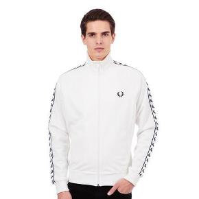 Varetype: -=NY=- Track jacket Farve: Snow White Oprindelig købspris: 850 kr.  Fred Perry Style: J6231 Laurel Wreath tape track jacket Col: Snow White 54% Polyester, 46% Bomuld