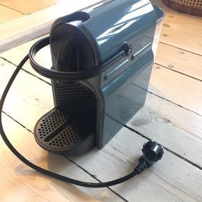 Nespresso kaffemaskine til kapsler. Nogle år gammel, ingen kvittering. Virker helt som den skal - den ene knap skubber lidt sløvt tilbage. Er lige blevet afkalket efter nespressos instruks. Sælges billigt