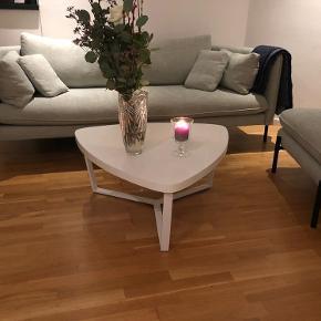 Køberen skal selv hente sofabordet og hvordan de får det ned er på eget ansvar.  Sofabordet befinder sig i Rødovre og skal hentes der.  Jeg har købt en nyt sofabord og det her sofabord skal derfor sælges hurtigst muligt. 😉
