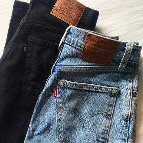 Vildt lækre jeans fra Levi's som kun er brugt få gange. Modellen er Ribcage straight i en str. w: 23 L: 27  Køb et par for 470,- og begge par for 900,- eksklusiv fragt