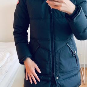 Sælger min skønne Pajar jakke, hvis det rigtige bud dukker op.   Standen er god men brugt. Den fejler intet. Ingen pletter, indvendigt for er intakt, den aftagelige pels hætte har for det meste ligget derhjemme, så den er i den fineste stand.   Ikke-ryger hjem.   Farve: Mørkeblå  Nypris 4900 kr.   2500 kr. 😊