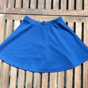 Nederdel / skater mini skirt. Virkelig skøn til sommer. Flot kongeblå farve.  Str. XS i mærket men passer også en str. 36 (for det er jeg selv)