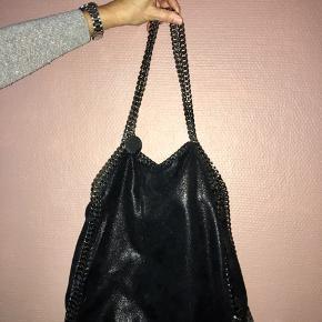Velholdt taske model Falabella, sort small tote købt i Stella McCartney butikken Kbh Nypris 5649,-