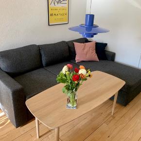 Super fin mørkegrå sofa med chaiselong fra jysk. Den kan nemt foldes ud til en sovesofa.