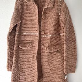 Grandma hæklet frakke fra Odd Molly (str 3) i den mest fantastiske støvede gammel rosa-farve med lidt karamel i sig🥰 Brugt ganske få gange og fremstår som nu (har ikke været knappet, og lommerne er stadig riet til). Brystmål 94 cm, længde 84 cm.