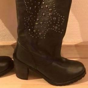 AMUST sorte nye støvler str 36 (købspris 1749kr) Lækre støver i læder/mener det er kærnelæder.  Bløde og lækre En kvalitetsstøvle  Minimum bud 800kr