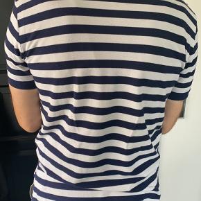 Hvid med mørkeblå striber  Brugt 1-2 gange Modellen er 194 cm høj