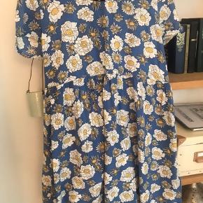 Flot blomstret kjole, købt på Asos Med lang lynlås i ryggen Kom med et bud ✌🏽💕 Se også mine andre annoncer
