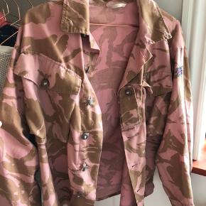 Fin jakke fra Urban Outfitters, limited edition kollektion, så den fåes ikke mere Passer en small/medium