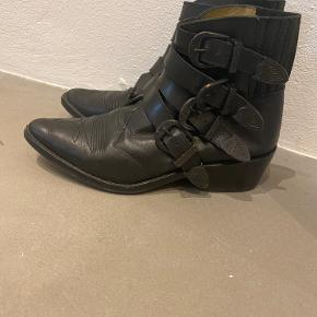 Fedeste og meget populære støvler fra Toga Pulla i limited edition all Black.  Brugt meget få gange.    Sendes med forsikret pakkeporto.  Der medfølger ikke andet end selve skoene.  Bud besvares ikke og der sendes ikke flere billeder med mindre man er seriøs køber.