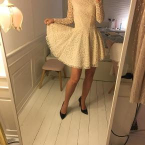 Ny blondekjole fra H&M Trend. Stadig med mærket i. Det er str. 34 / XS. Lavet i blonde / broderet. Så Smuk! Nypris var 800 kr. Sælges for 170 kr. Kan afhentes i Kbh K.