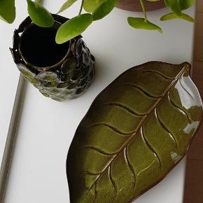 En sjov nubret vase og et bladformet fad. Vasen måler 16,5cm og fadet måler 30cm. Samlet pris