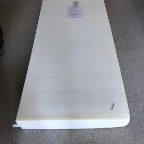 Vendbar springmadras, hårdhed ekstra fast og fast, fra Dreamzone, Jysk.   Madrassen måler 90x200 og er næsten som ny, hvor den udgjorde den ene halvdel af sengen på billede #1.