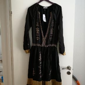Super smuk Boho kjole. Måtte eje den, desværre for stor, så den er kun prøvet på og ikke brugt. Den kan knappes med en knap øverst.