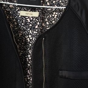 Bomber jacket i str. 1 fra Maison Scotch. Passer str. S. Er i fin stand - men er lidt slidt ved indersiden af ærmerne.