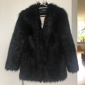 Flot fake fur fra By Malene Birger. Størrelsen er 34, men jeg bruger normalt 36 og passer den fint. Sender med DAO
