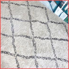 Det populære ryatæppe fra Ellos med tæt, tyk luv. Gulvtæppet er 290 cm x 200 cm. Luvhøjde ca. 3 cm. 100% Polypropylen. Cirka halvandet år gammelt og i fin stand.
