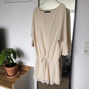 Romantisk kjole fra Zara. Størrelse S. Perfekt til sene sommeraftener. Den er i fin stand. Har kun blivet vasket nogle gange.