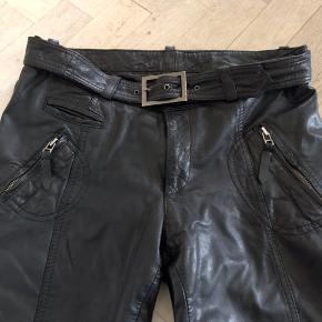 Bukser, Part Two, sort, de er str. 36, men er store i størrelsen og svarer til en str. 38-40 , skind, Næsten som ny  Kun været brugt 2 gange, er i det blødeste skind med smarte detaljer. Taljemål ca. 82 Længe 94 cm (stumpbuks)